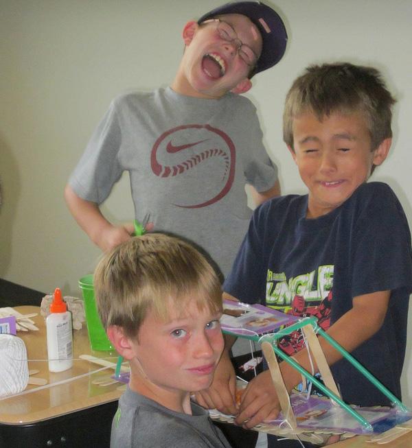 Un groupe d'élèves construit un pont suspendu