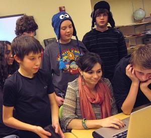 Elèves devant un ordinateur en classe inversée travaillant sur un projet de photographie