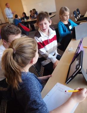 Elèves qui utilisent une tablette iPad en classe inversée