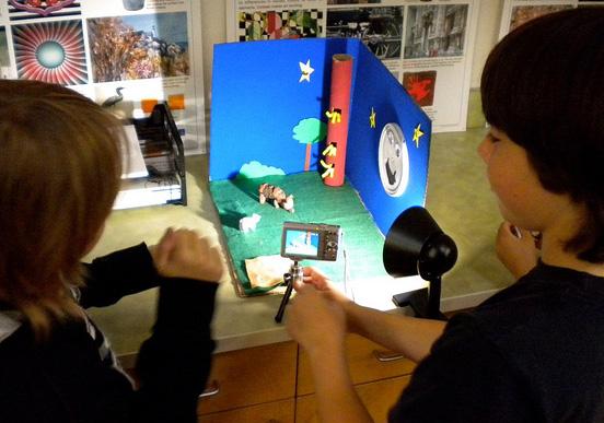 Des élèves tournent un film avec un appareil photo et une maquette : pédagogie de projet