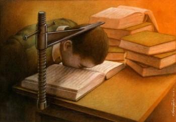 Elève obligé d'apprendre la tête dans son livre de cours