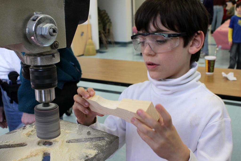 élève travaillant sur un atelier de menuiserie pour un projet de classe inversée