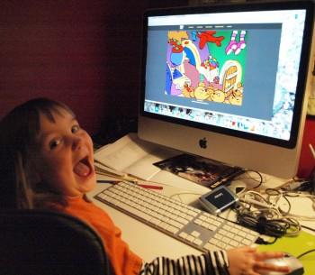 Enfant qui joue à un jeu-vidéo sur ordinateur