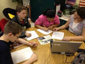 Elèves formant un groupe de travail en classe