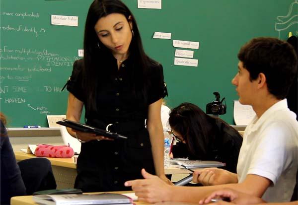 Stacey Roshan aidant un élève